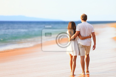 0472f4fab7a Pláž pár chůzi na romantické cestování fototapeta • fototapety ...