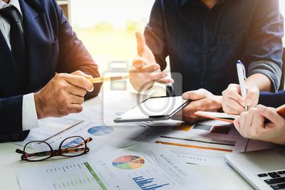 Fototapeta Podnikatelé, kteří používají pero, tablety, notebook, plánují marketingový plán ke zlepšení kvality jejich prodeje v budoucnu.