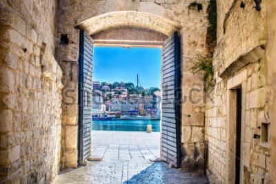 Fototapeta Pohled na městskou dovolenou ve starém středomořském městě Trogir, Chorvatsko Evropa. / Městská brána Trogir. / Selektivní zaostření.