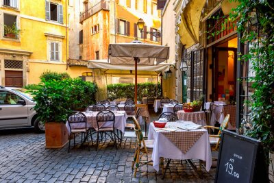 Fototapeta Pohled na staré útulné ulici v Římě, Itálie