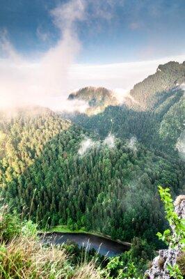 Fototapeta Poranek w górach. Mglisty krajobraz.