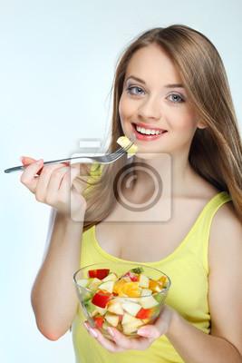 Fototapeta Portrét hezká mladá žena jíst ovocný salát