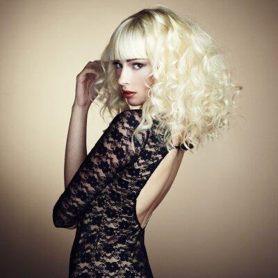 Fototapeta Portrét krásná mladá blonďatá dívka v černých šatech