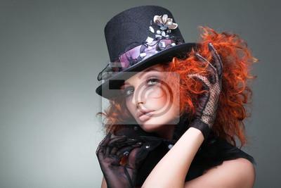 Fototapeta Portrét krásná zrzavá dívka v černém klobouku na šedé