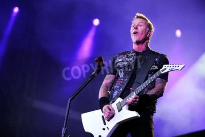 Fototapeta PRAHA, ČESKÁ REPUBLIKA - 7. KVĚTNA 2012: Zpěvák a kytarista James Hetfield z Metallica Během představení v Praze, Česká republika, 7. května 2012.