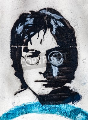 Fototapeta PRAHA, ČESKÁ REPUBLIKA - APRIL 29, 2016: John Lennon Zdi, portrét. Stěna byla naplněna graffiti inspirovanými Lennonem a texty z Beatlesových písní od 80. let jako podráždění komunismu