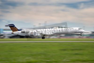 Fototapeta PRAHA, ČESKÁ REPUBLIKA - může 13: Eurowings Bombardier CRJ-900 NG přistane v PRG letišti 13. května, 2015. Eurowings je německá nízkonákladová letecká společnost se sídlem v Dsseldorf.