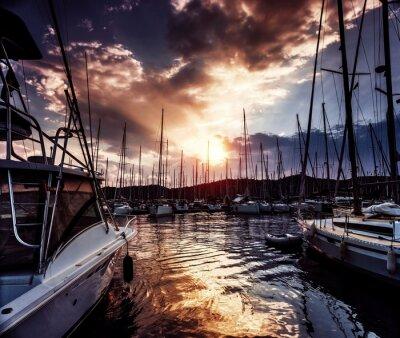 Fototapeta Přístav jachet v dramatickém západu slunce