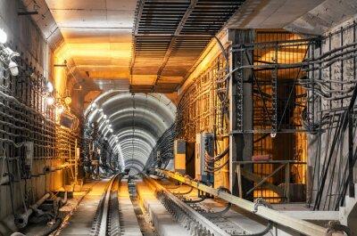 Fototapeta Procházející dolů do podzemního tunelu podzemní železnice