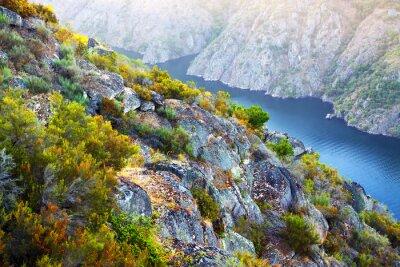 Fototapeta řeka s vysokými skalními bankami
