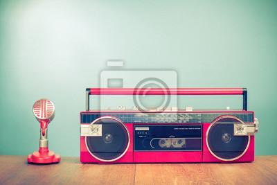 5c5f5dc1bfe Fototapeta Retro rozhlasový kazetový rekordér od 80. let a mikrofon přední  mátové zelené pozadí.