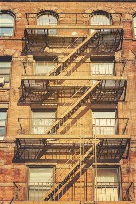 Fototapeta Retro styl fotografie z budovy s požární únikové žebříky, NYC.
