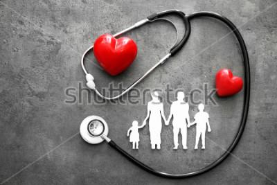 Fototapeta Rodinná postava, červené srdce a stetoskop na špatném pozadí. Koncepce zdravotní péče