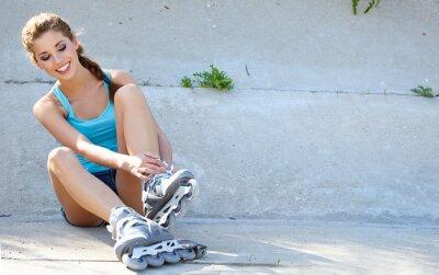 Fototapeta Roller dívka odpočívá na schodech