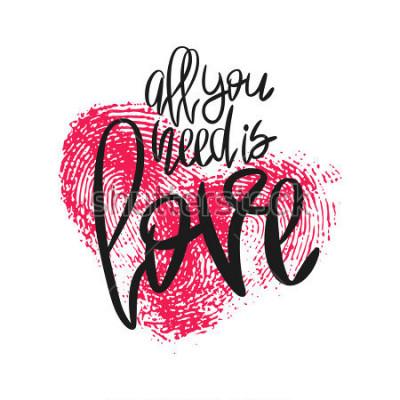 Fototapeta Romantický plakát s nápisem a srdcem otisků prstů. Černá ručně psaná fráze Vše, co potřebujete, je Láska a růžový odznak izolovaných na bílém. Vektorová moderní kaligrafie pro den svatého Valentýna ne