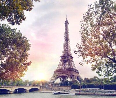 Fototapeta Romantický západ slunce na pozadí. Eiffelova věž s lodí na řece Seině v Paříži, Francie.