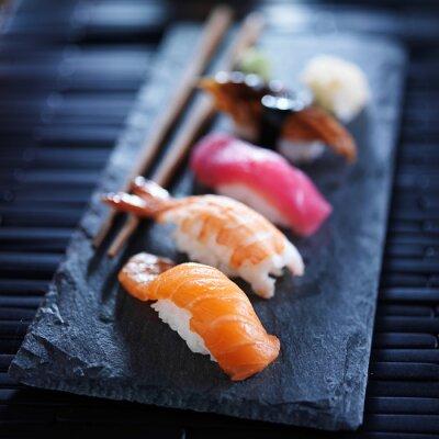 Fototapeta Rozmanité sushi nigiri na břidlice