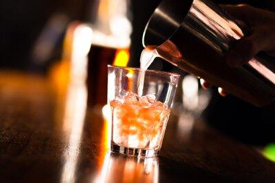 Fototapeta Ruce barman nalil nápoj do sklenice