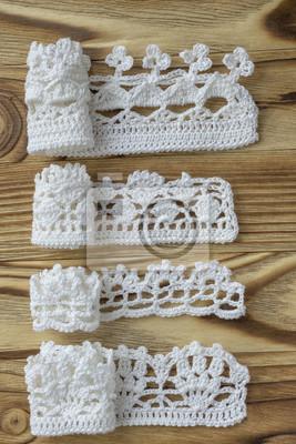 Fototapeta Ruční práce háčkované bavlny organické Lacen stužky na dřevěném  podkladu. Bílá původní háčkování rám 180b17576c