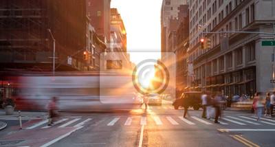 Fototapeta Rušné pouliční scéna v New Yorku s davy lidí v Midtown Manhattan se západem slunce pozadí