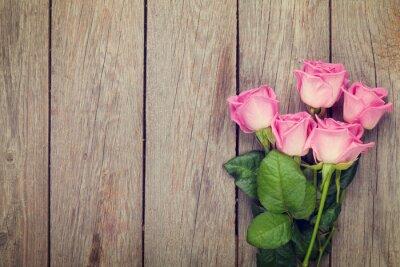 Fototapeta Růžové růže kytice přes dřevěný stůl
