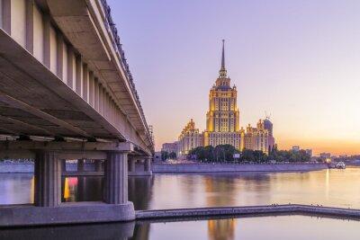 Fototapeta Růžové slunce v hotelu na Ukrajině v Moskvě v noci