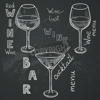 Fototapeta Sada načrtnutých brýlí pro červené víno, bílé víno, martini a koktejlem na tabuli pozadí. Ručně psaný dopisy ve stylu vintage nakreslen křídou na tabuli.