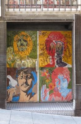 Fototapeta SALAMANCA, ŠPANĚLSKO - CIRCA ČERVEN 2015: portréty popového umění Beatles Richardem Avedonem (1967), reprodukované na dveřích nočního klubu s graffiti