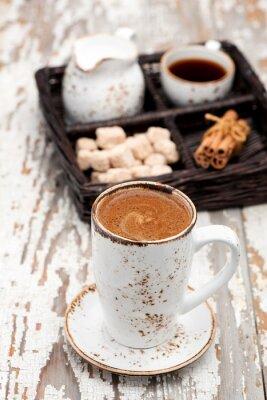 Fototapeta šálek kávy cappuccino na světlém pozadí.