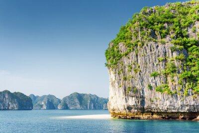 Fototapeta Scenic kras tower-Isle a bílé divoké pláži v Ha Long Bay