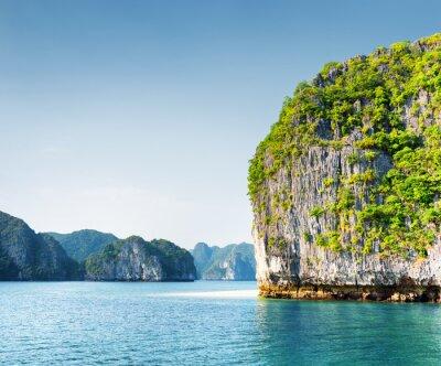 Fototapeta Scenic kras tower-ostrůvek v Ha Long Bay, Vietnam