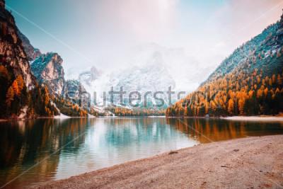 Fototapeta Scénický obraz alpského jezera Braies (Pragser Wildsee). Umístění místo národní park Dolomiti Fanes-Sennes-Braies, Itálie, Evropa. Skvělý obraz divoké. Prozkoumejte krásu země. Koncepce cestovního ruc
