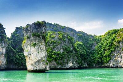 Fototapeta Scénický pohled na horninového pilíře a krasových ostrůvků v Ha Long Bay