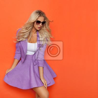 6bb322a3a01 Sexy blond žena v fialové kostým a sluneční brýle fototapeta ...