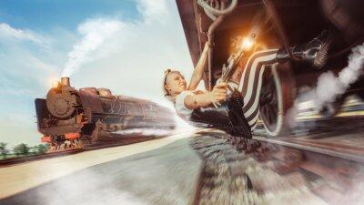 Fototapeta Sexy žena s pistolí se snaží zastavit vlak.