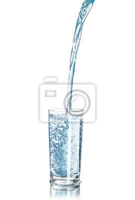 Fototapeta silné tekoucí voda nalití do sklenice na bílé ba