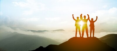 Fototapeta Silueta obchodního týmu ukazují ruku nahoru na vrcholu hory. Koncepce vedení a úspěchu.