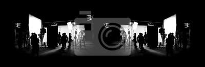 Fototapeta Silueta obrazů video produkce v zákulisí nebo b-roll nebo tvorby televizního komerčního filmu, který filmový štáb týmu lightman a kameraman spolupracovat s režisérem ve velkém studiu t
