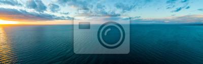 Fototapeta Široké letecké panorama západu slunce nad oceánem - minimalistický přímořská krajina