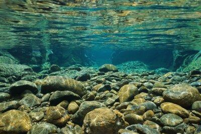 Fototapeta Skály pod vodou na řečištěm s jasným sladkých vodách řeky Dumbéa, Grande Terre, Nová Kaledonie