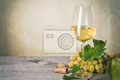 Fototapeta Sklenice bílého vína na vinobraní dřevěný stůl