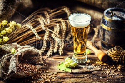 Fototapeta Sklenice čerstvého studeného piva v rustikálním prostředí. Potraviny a nápoje pozadí