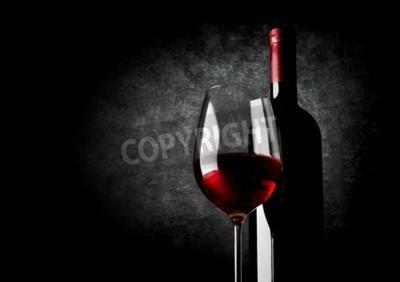 Fototapeta Sklenice červeného vína na černém pozadí