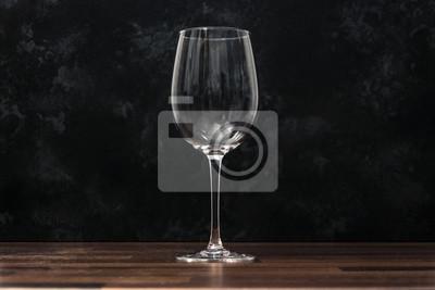 Fototapeta sklenice na víno na dřevěném stole s tmavým pozadím