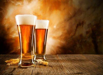 Fototapeta Sklenice piva na dřevěný stůl