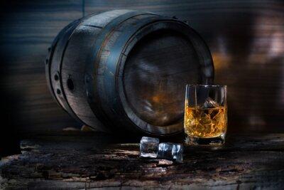 Fototapeta Sklenici whisky s ledem na pozadí barel