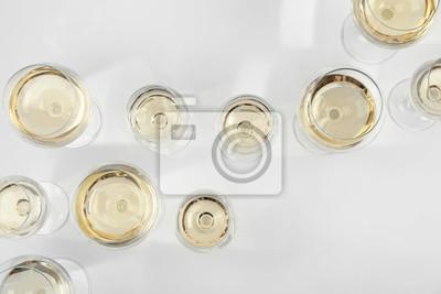 Fototapeta Sklo drahé bílé víno na světlém pozadí, pohled shora