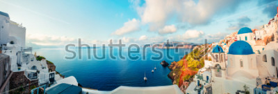Fototapeta Slunečné ráno panorama ostrova Santorini. Barevné jarní pohled pohádkový řecký resort Fira, Řecko, Evropa. Cestování pozadí koncepce. Umělecký styl po zpracování photography.