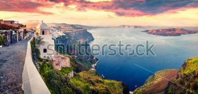 Fototapeta Slunečné ráno panorama ostrova Santorini. Malebná jarní východ slunce na slavném řeckém letovisku Fira, Řecko, Evropa. Cestování pozadí koncepce. Umělecký styl po zpracování photography.