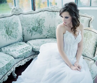 Fototapeta Smyslná mladá nevěsta po svatební hostinu
